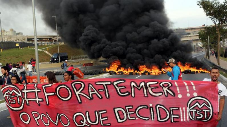 Una manifestación en favor de la presidenta suspendida de Brasil, Dilma Rousseff, bloqueó varios tramos de la Marginal Tietê, una de las principales vías de acceso a la ciudad de Sao Paulo, que ayer vivió otra jornada de protestas que terminó con intervención policial. (Foto: Reuters)