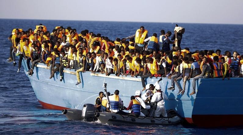 Los migrantes que saltaron de las embarcaciones hacinadas en las que viajaban fueron ayudados por rescatistas italianos y de organizaciones no gubernamentales. (Foto: AP)