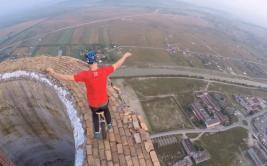 Artista hizo acrobacias en una chimenea de 256 metros [VIDEO]
