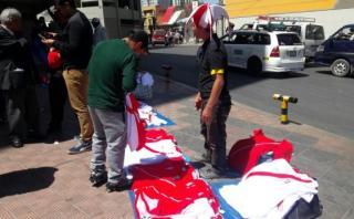 Camisetas de Perú se venden afuera del Hernando Siles de La Paz
