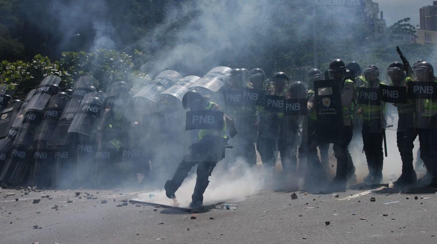 Policías y manifestantes chocaron al cierre de Toma de Caracas