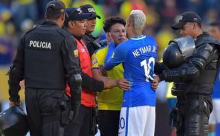 Neymar tuvo noble gesto con hincha que ingresó al campo [VIDEO]