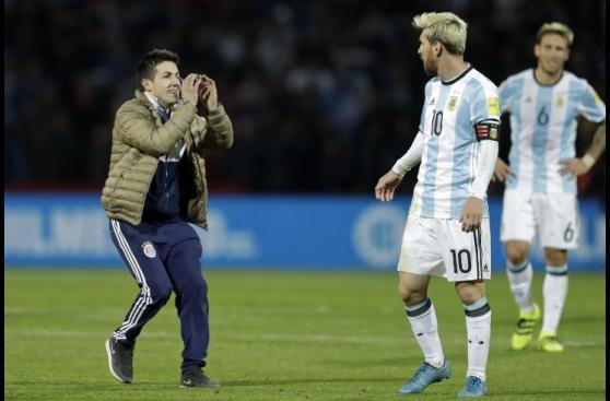 Lionel Messi: mira su reacción con hincha que invadió el campo