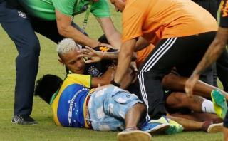 Neymar fue derribado por hinchas que invadieron entrenamiento