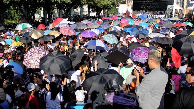 Fans esperan hasta seis horas para despedirse de Juan Gabriel