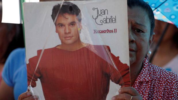Continúa arribo de seguidores de Juan Gabriel a Bellas Artes