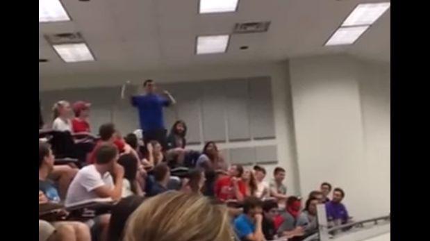 Gana apuesta a profesor y salva de examen a su clase [VIDEO]