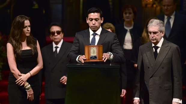 Iván Aguilera, hijo de Juan Gabriel, en homenaje en Palacio de Bellas Artes. (Foto: AFP)