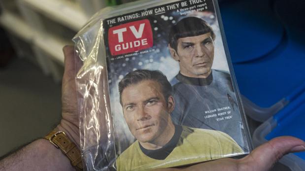 William Shatner es el mítico capitán Kirk de la serie original. Él nació en Canadá y actualmente tiene 85 años. Leonard Nimoy encarnó al meticuloso y siempre lógico Spock. (Foto: AP)