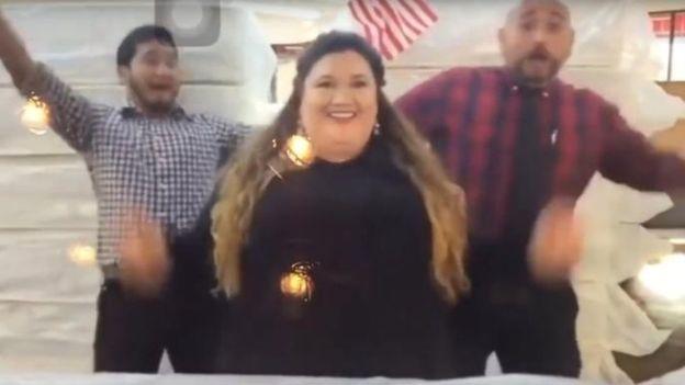 La administradora de la tienda, Cherisse Bonnano (al centro), publicó el video sin autorización de la empresa matriz, dijo el propietario. (Foto: Captura de video)