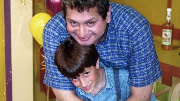 Ricky Tosso junto a su hijo Stefano en una imagen del año 2000. (Foto: Manuel García Miró/ El Comercio)