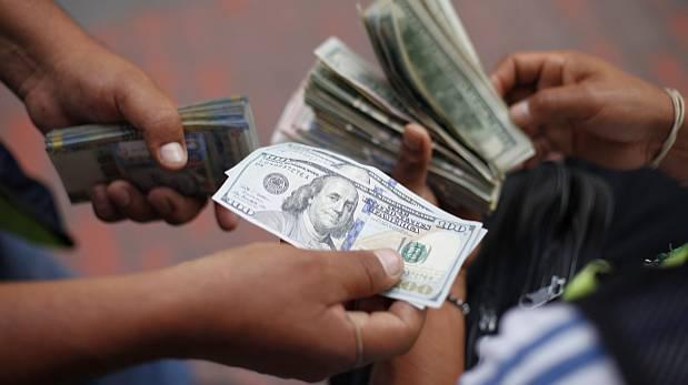 Dólar cae a S/3,413 porque empresas buscan soles para impuestos
