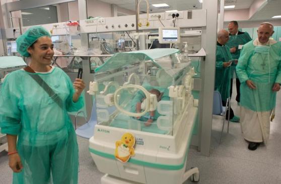 La emotiva visita del Papa Francisco a un hospital de Roma
