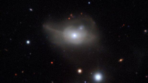Un agujero negro arrastra a una galaxia hacia la oscuridad