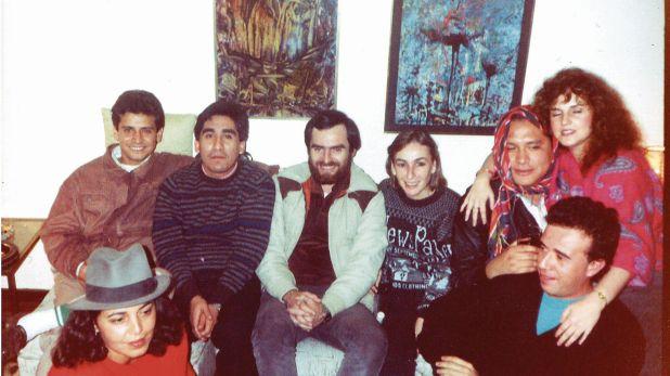 Pilar Dughi en una de sus habituales tertulias literarias, al lado de Jorge Valenzuela , Dante Castro, Mariella Sala, Mario Bellatin, entre otros amigos.  (Foto: omni-bus.com)
