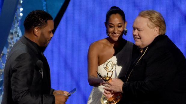 Anthony Anderson y Tracee Ellis Ross le entregan el Emmy al protagonista de