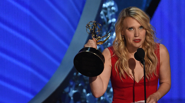 Kate McKinnon recibiendo el Emmy por su trabajo en