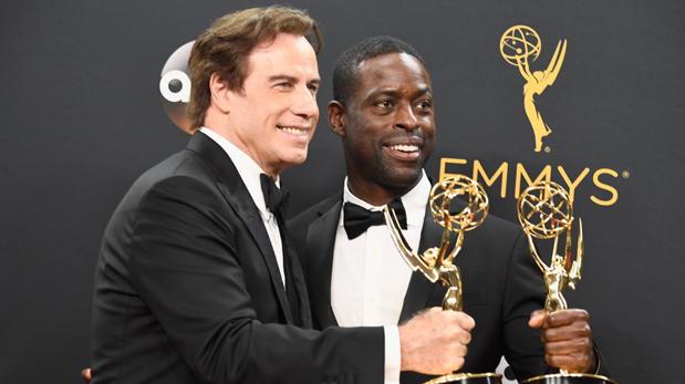 John Travolta y Sterling K. Brown celebran el triunfo en el Emmy de