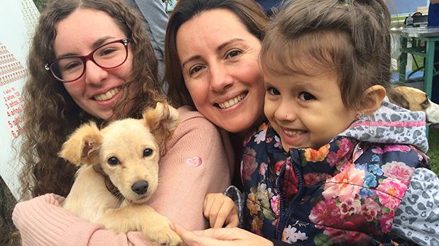 Eva Luz Gutiérrez y sus hijas adoptaron a Pecana a mediados de agosto en una feria de salud para mascotas en San Isidro.