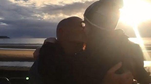 Escocesa de 18 años le pide matrimonio a hombre de 60