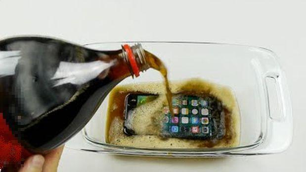 Esto sucede si congelas un iPhone 7 en gaseosa [VIDEO]