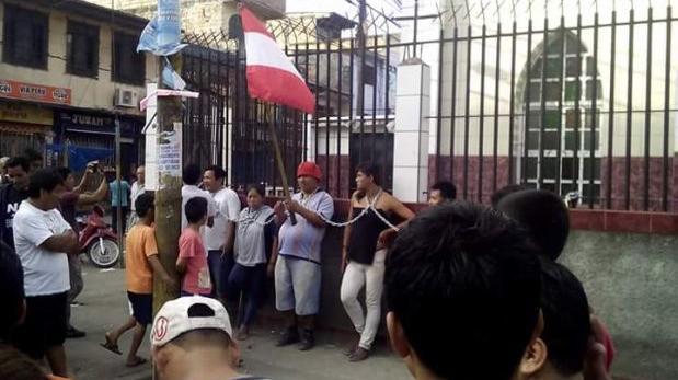 Iquitos: se encadenan a iglesia pues se niegan a ser reubicados