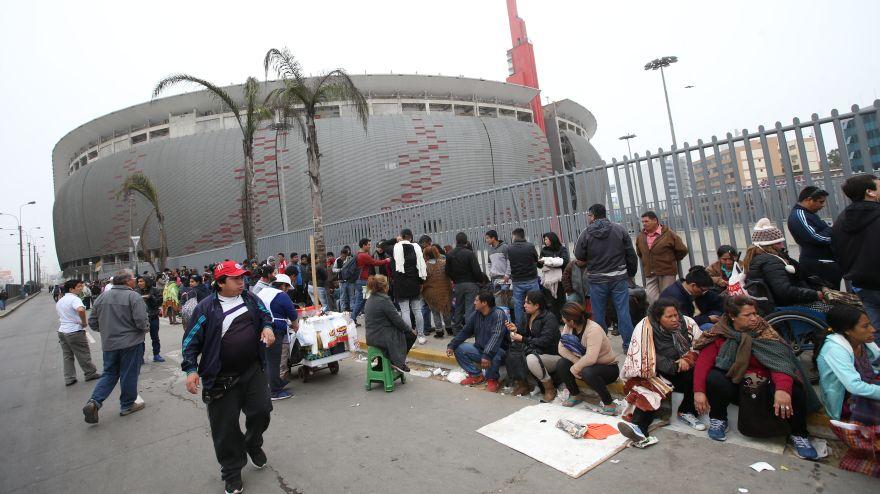 Per vs argentina largas colas y caos por entradas en for Puerta 9 del estadio nacional de lima