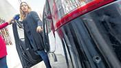 Mujer cuyo auto fue baleado por policías denuncia hostigamiento