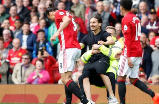 Zlatan Ibrahimovic apartó a fanático que parecía su doble