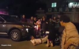 Mujer atropella a otro conductor durante discusión [VIDEO]