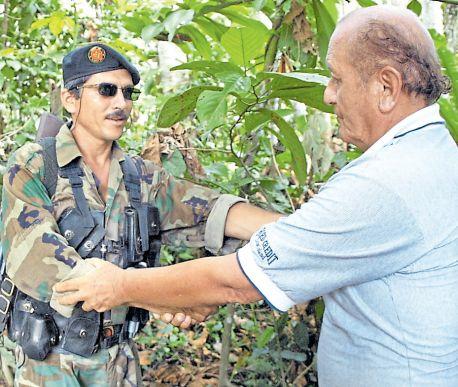 Los periodistas Javier Ascue y Lino Chipana consiguieron entrevistar en el 2002 a 'Tiberio', cabecilla de las FARC en la frontera con el Perú. (Lino Chipana / Archivo El Comercio)