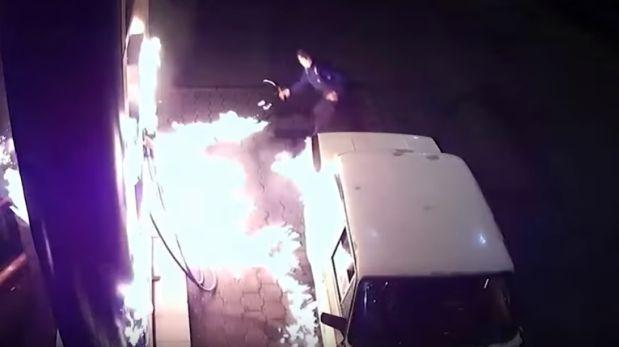 Auto quedó en llamas cuando era abastecido de gasolina [VIDEO]