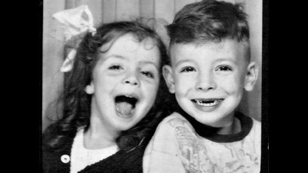 Bruce Springsteen con su hermana Virginia en la década del cincuenta. (Foto: