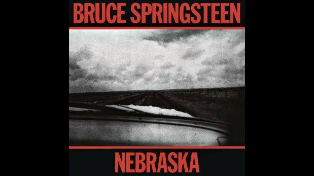 """""""Nebraska"""" (1982). Otro giro a la oscuridad después del cénit: Springsteen prescinde de la E Street Band y publica lo que, originalmente, eran demos grabados en cuatro pistas. El resultado es extremo, casi una renuncia al estéreo: guitarras, melodías mínimas, cierto minimalismo en tono B que lo reconcilia con su base folk. A pesar del desafío, dos canciones se volverían usuales en su reportorio: """"Atlantic City"""" y """"Johnny 99""""."""
