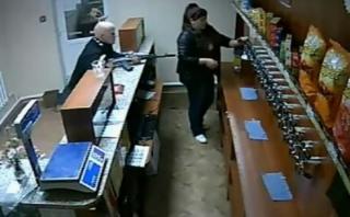 Dueña de local en Rusia se resistió a un asalto armado [VIDEO]