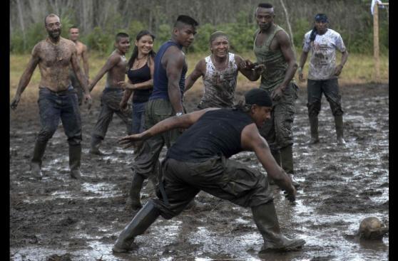 Guerrilleros de las FARC esperan firma de la paz jugando fútbol