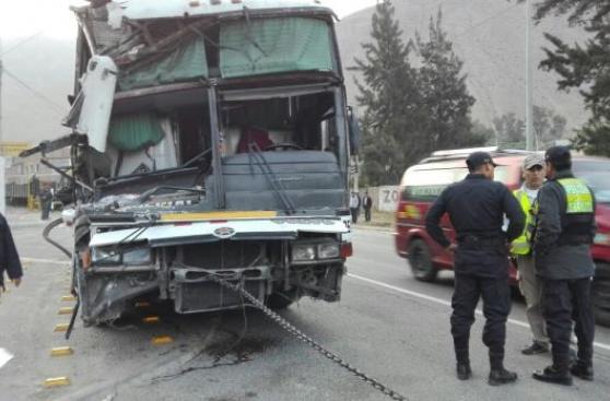 Carretera Central: seis heridos por choque de bus contra tren