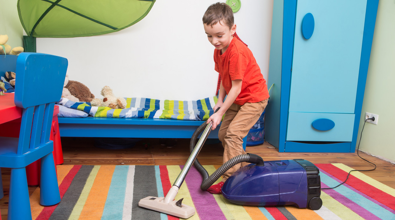 Valora sus esfuerzos e iniciativa. De esa manera ayudarás a tus hijos a percibir las tareas domésticas como parte de su rutina y no como un mandato. (Shutterstock)
