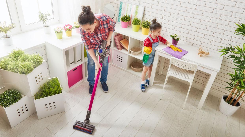 Entre los 5 y 7 años están en la capacidad de poner la mesa y recogerla, responder el teléfono, barrer y limpiar el polvo de los muebles de la casa. (Shutterstock)