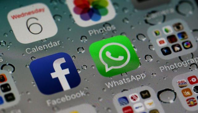 Navegar en redes sociales como Facebook o usar mensajerías como WhatsApp es la actividad preferida por los peruanos en Internet. (Foto: AP)