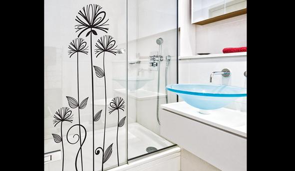 Baño Pequeno E Irregular:Pequeños detalles como vinilos adhesivos pueden renovar la apariencia