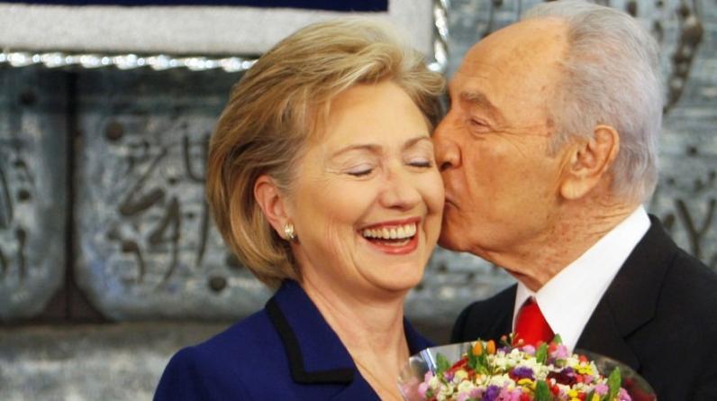 El ex presidente de Israel, cuya vida llegó a su fin este martes a los 93 años, le regaló flores a Hillary Clinton cuando era secretaria de Estado de Barack Obama en el 2009. (Foto: Reuters)