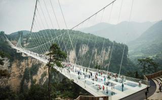 El gran puente de cristal de China vuelve a abrir sus puertas