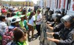 Trujillo: trabajadores se enfrentan a PNP en frontis de comuna
