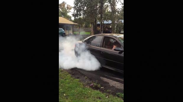 Tiene 5 años y ya hace burnouts con el auto de su padre [VIDEO]