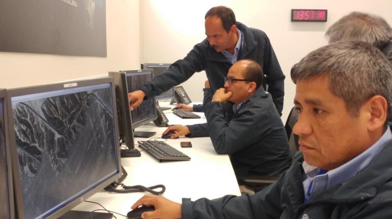 Estos son los especialistas del Centro Nacional de Operaciones de Imágenes Satelitales (CNOIS) que procesan las primeras fotografías que el Perú SAT-1 ha enviado desde la órbita terrestre. (Foto: Diego Suárez B.)