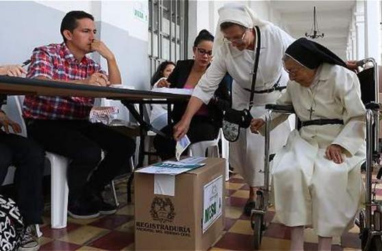 Colombianos votaron en histórico plebiscito sobre paz con FARC