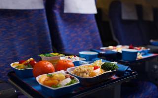 ¿Qué hacer para disfrutar la comida del avión según la ciencia?