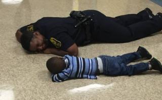 """Mujer policía consoló a un niño que estaba """"pasando un mal día"""""""