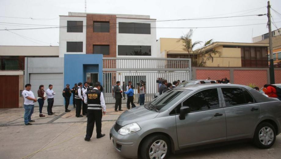 Confiscan casa de ex policía acusado de estafar a colegas